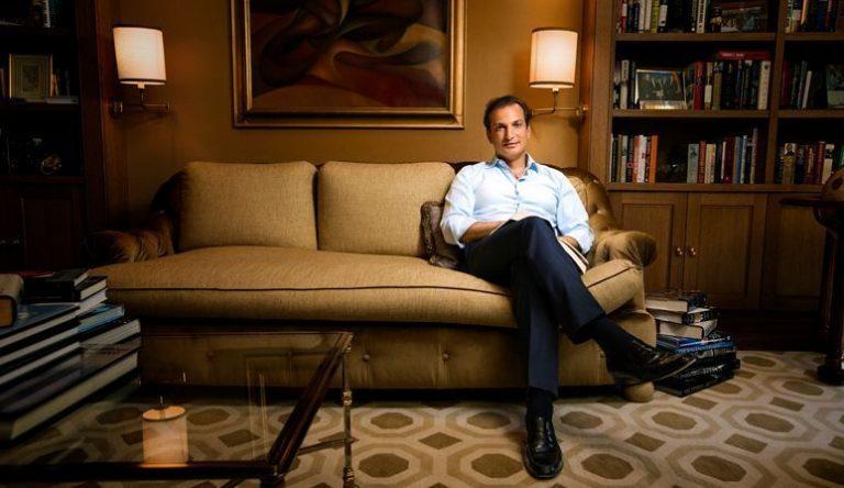 Ποιος είναι ο Γιώργος Λογοθέτης που συναντά ο Αλέξης Τσίπρας στο Νταβός