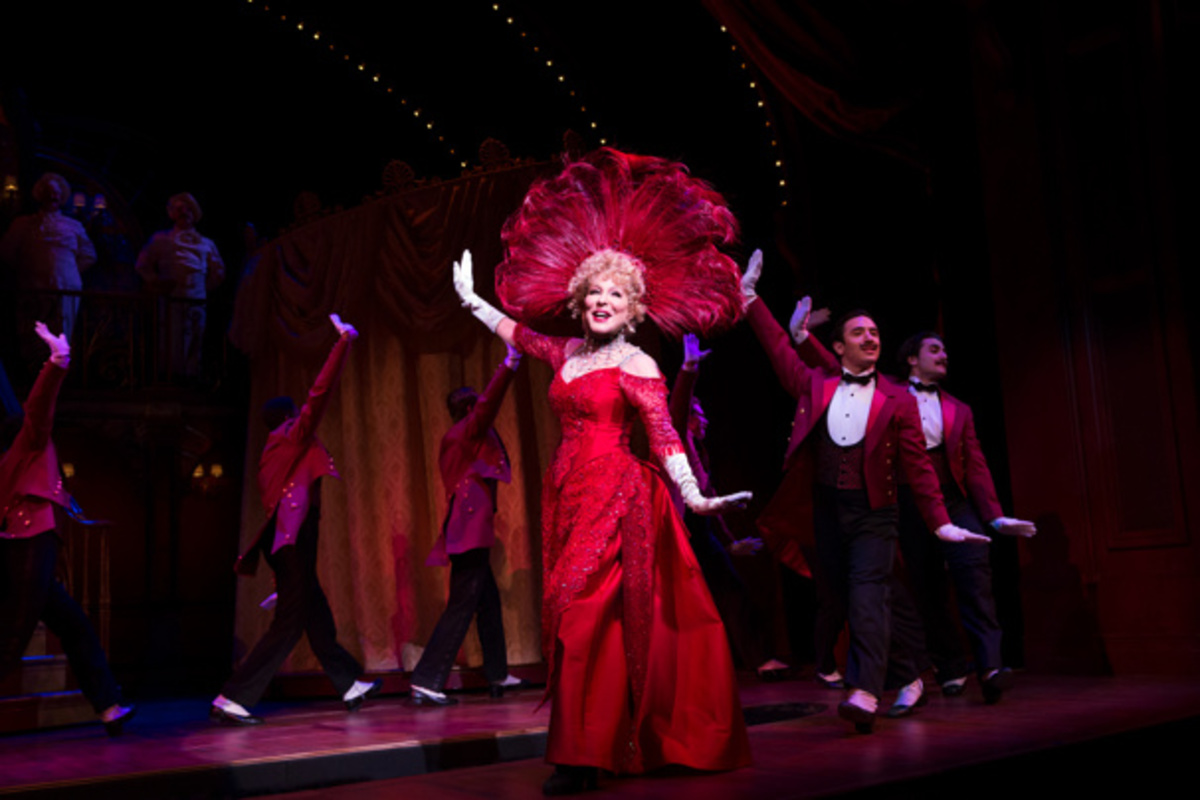 «Hello Dolly!» – Θέτουν σε κίνδυνο την ίδια τους τη ζωή για να δουν την παράσταση!