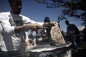 """Ο Παλαιστίνιος """"φούρναρης"""" των προσφύγων της Ειδομένης (ΦΩΤΟ)"""
