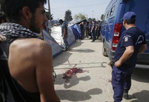 Τραυματίστηκε σοβαρά πρόσφυγας στην Ειδομένη! Πληροφορίες ότι τον χτύπησε βανάκι της Αστυνομίας – Σοβαρά επεισόδια με πρόσφυγες και αστυνομικούς!