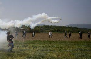 Ειδομένη: Επεισόδια χωρίς τέλος στον φράχτη – Οι Σκοπιανοί ρίχνουν ανενόχλητοι δακρυγόνα στο ελληνικό έδαφος! ΦΩΤΟ
