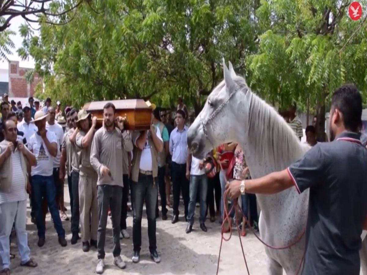 Απίστευτο! Άλογο κλαίει στην κηδεία του ιδιοκτήτη του [vid]