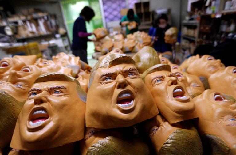 Θησαυρίζουν με τις μάσκες του Ντόναλντ Τραμπ