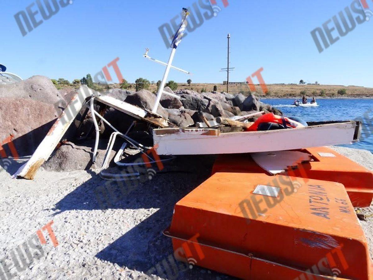 Κομμάτια από το μοιραίο τουριστικό σκάφος - ΦΩΤΟ newsIT.gr