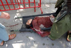 Λουτρό αίματος στην Καμπούλ: Αρνούνται οι Ταλιμπάν την ευθύνη της επίθεσης – Σκληρές εικόνες