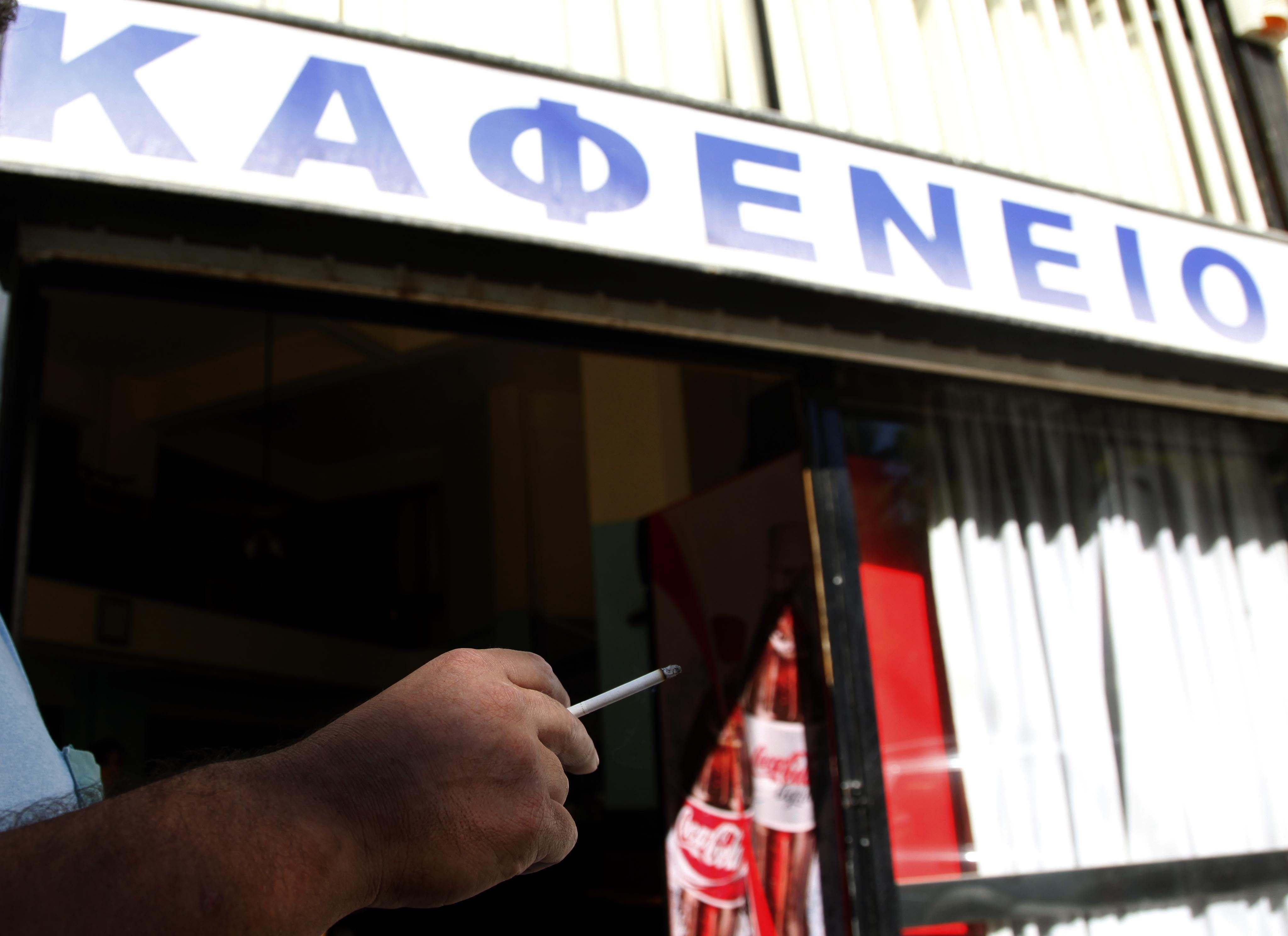 Φθιώτιδα: Άνοιξε το καφενείο του σαν να μην τρέχει τίποτα και έφαγε 5000 ευρώ πρόστιμο