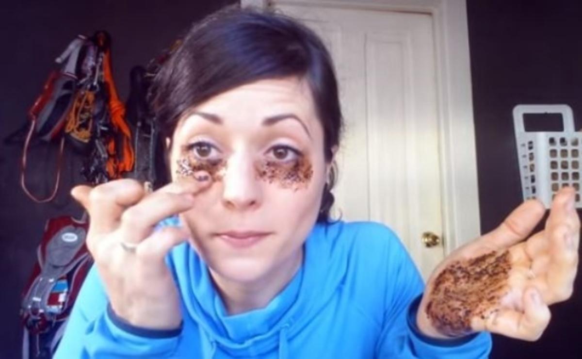 Βάζει κόκκους καφέ κάτω από τα μάτια της – Δείτε τι πετυχαίνει!