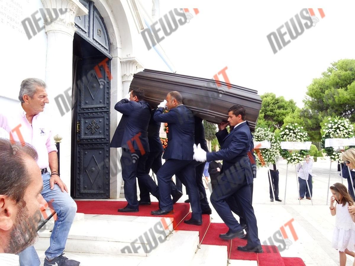 """Κηδεία Αλέξανδρου Βέλιου: Πλήθος συνεργατών του και πολιτικών """"αποχαιρετούν"""" τον δημοσιογράφο [pics]"""
