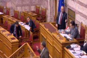 """Βουλή: """"Κόλλησε"""" το κουμπί, ψαχνόταν ο Κουράκης! [vid]"""