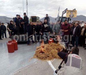 Λάρισα: Κτηνοτρόφοι έριξαν γάλα και έβαλαν φωτιά σε ζωοτροφές