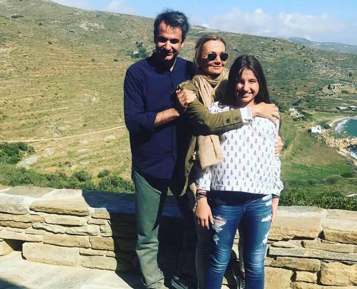 Κυριάκος Μητσοτάκης: Αγκαλιά με την Μαρέβα και την κόρη τους στέλνουν ευχές
