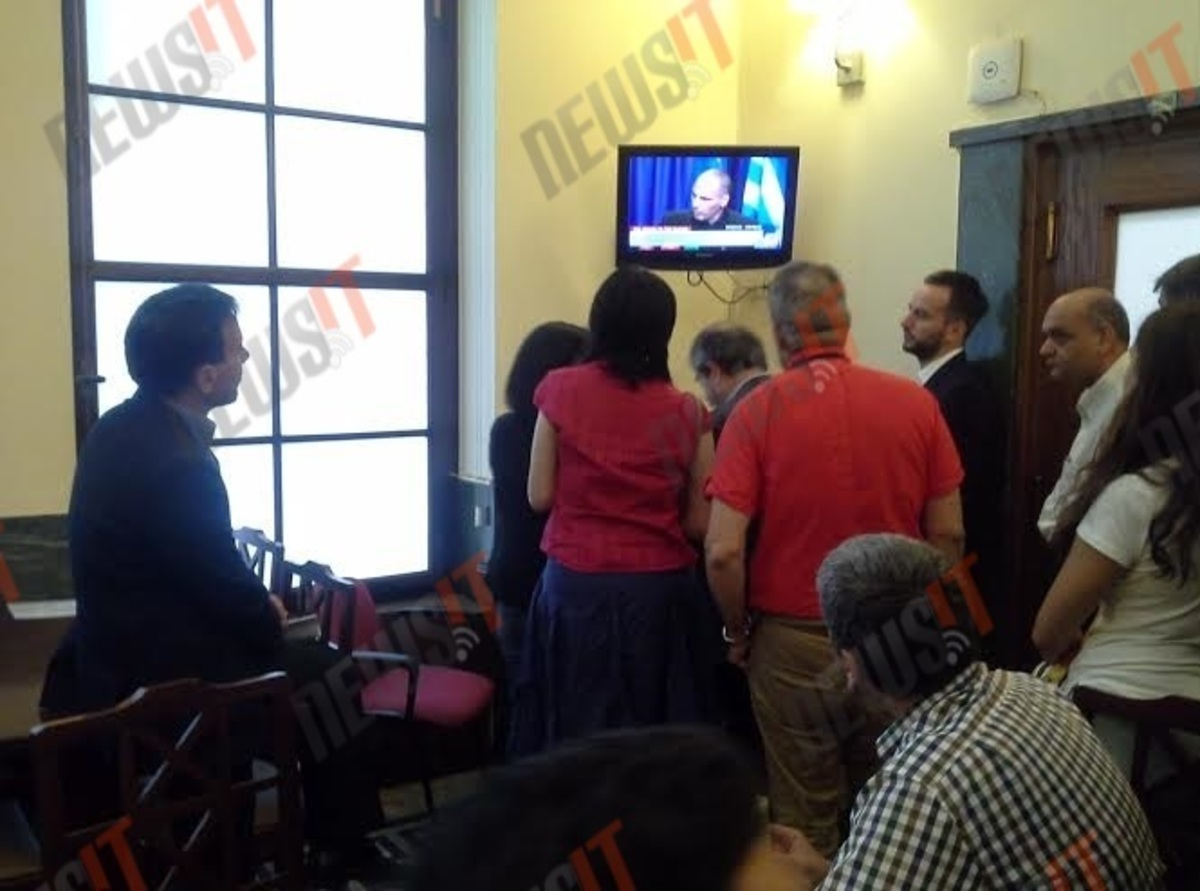 Δημοψήφισμα: Ο Λαπαβίτσας παρακολουθεί τον Βαρουφάκη στη Βουλή – Φωτογραφία