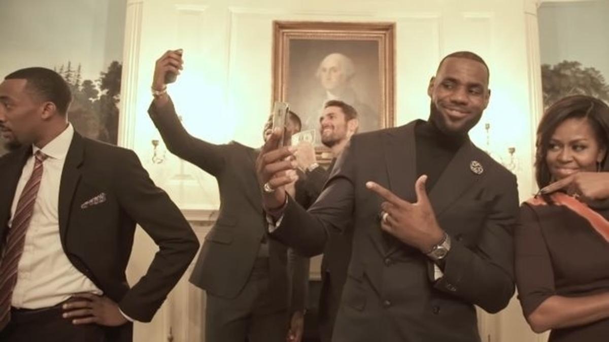 Ομπάμα – Λεμπρόν Τζέιμς παίζουν στρατιωτάκια ακίνητα στον Λευκό Οίκο [vid]