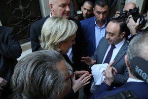 """Προεκλογικά """"παιχνίδια"""" Λε Πεν στη Βηρυτό – Αρνήθηκε να φορέσει μαντίλα κι… έφυγε! [vids, pics]"""