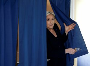 Γαλλικές εκλογές: Τι έκανες Λε Πεν ένα λεπτό στο παραβάν; [vid]