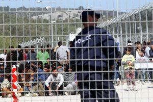 Λέσβος: Έκαψαν λυόμενο στο hot spot Αλγερινοί μετανάστες