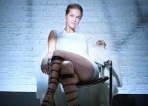 """Χαμός με το super model που αντιγράφει την Sharon Stone στο """"Βασικό Ένστικτο""""! [pics,vids]"""