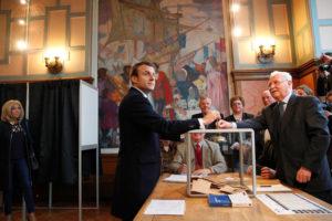 Γαλλία – Προεδρικές εκλογές: Με την Μπριζίτ και το σήμα της νίκης ψήφισε ο Μακρόν [pics]