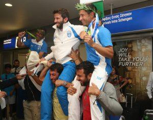 Μάντης – Καγιαλής: Χαμός στο αεροδρόμιο! Επέστρεψαν οι χάλκινοι Ολυμπιονίκες! [pics]