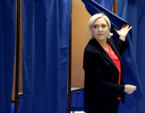"""Γαλλικές εκλογές 2017: """"Νευράκια"""" η Λε Πεν! """"Φιμώνει"""" ΜΜΕ, την μποϊκοτάρει η Liberation!"""