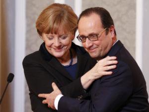 """Ο Ολάντ """"παραδίδει"""" στη Μέρκελ, ο Μακρόν… """"αναλαμβάνει"""" στο Βερολίνο"""