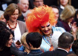Η Drag Queen που αναστάτωσε την Γερμανική Βουλή – Πόζαρε με την Μέρκελ