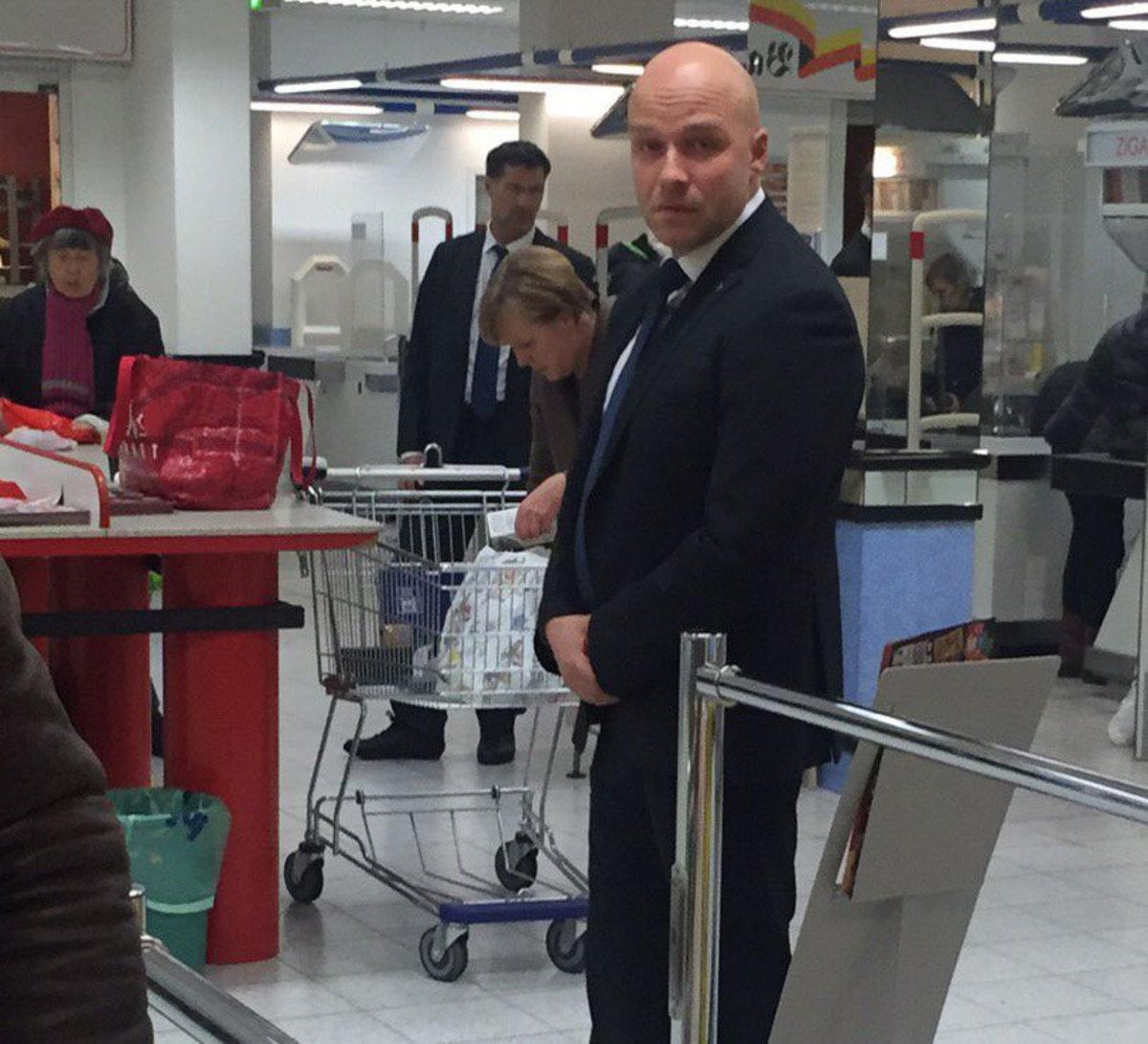 """Πήγε στο σούπερ μάρκετ και """"έπεσε"""" πάνω στη Μέρκελ! (ΦΩΤΟ)"""