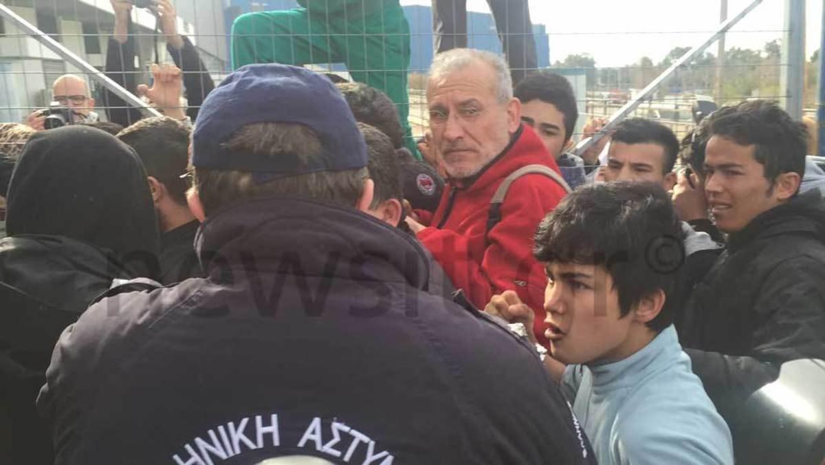 Οι γροθιές αστυνομικού σε προσφυγόπουλο – Τι δεν είδε ο Μουζάλας [pics, vid]