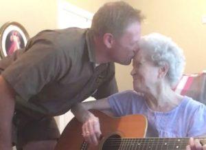 Πάσχει από Αλτσχάιμερ και συχνά ξεχνά τον γιο της… Όταν όμως τραγουδούν, αλλάζουν όλα! [vid]