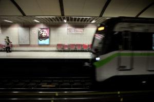 Άνδρας πήδηξε από την αποβάθρα στο μετρό του Νέου Κόσμου! Απομακρύνθηκε εγκαίρως