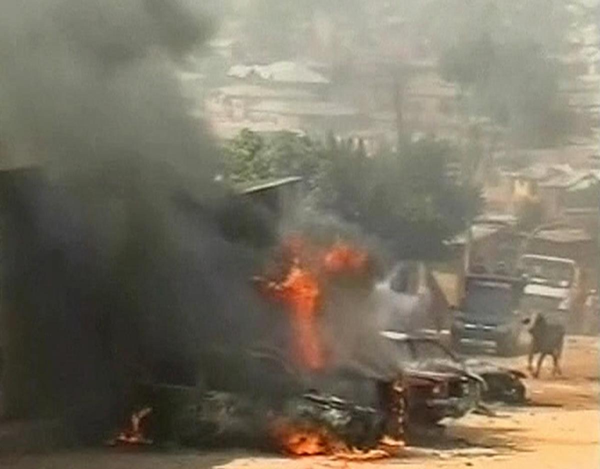 Φωτιά σε αυτοκίνητα σε κεντρικό δρόμο της πόλης Τζος ΦΩΤΟ REUTERS