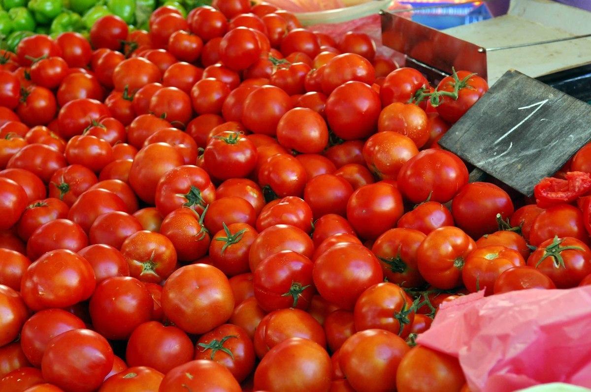Μάζεψαν άρον άρον 4,2 τόνους ντομάτες και κολοκυθάκια από την αγορά