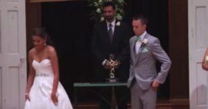 Ο γαμπρός βλέπει τη νύφη να φεύγει, και μένει άναυδος. Τώρα, κοιτάξτε τα χέρια της!