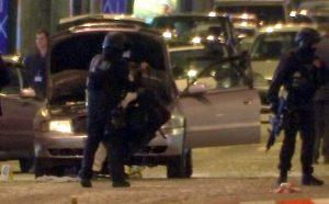 Παρίσι – Champs Elysees: Η στιγμή της ανταλλαγής πυροβολισμών [vid]