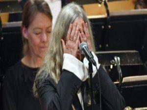Νόμπελ – Ντίλαν: Εκπληκτική Πάτι Σμιθ, ξέχασε τα λόγια, κέρδισε το χειροκρότημα! [vid]