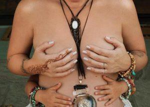 Πασίγνωστη τραγουδίστρια ποζάρει topless σε προχωρημένη εγκυμοσύνη!