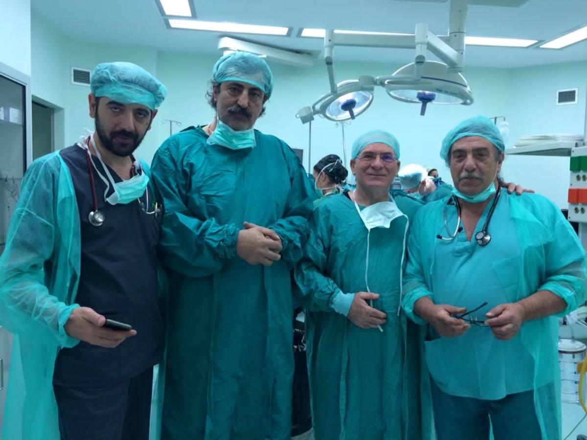 Ζάκυνθος: Επεμβάσεις με χειρουργό τον Παύλο Πολάκη – Φόρεσε ξανά την ιατρική ρόμπα [pics]