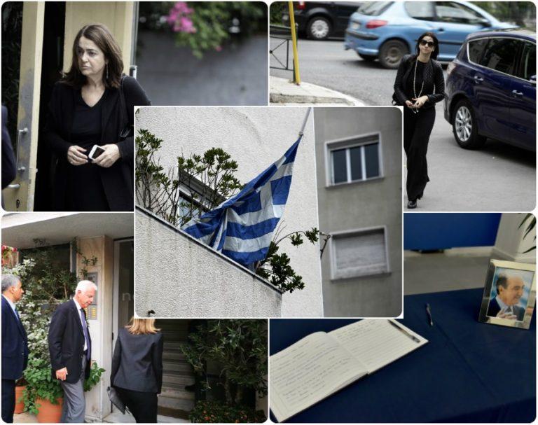 Κοσμοσυρροή στο σπίτι του Κωνσταντίνου Μητσοτάκη από συγγενείς και φίλους – Μεσίστιες οι σημαίες [vids, pics]