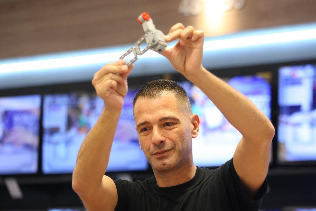 Αυτός είναι ο Έλληνας σχεδιαστής ρομπότ της LEGO