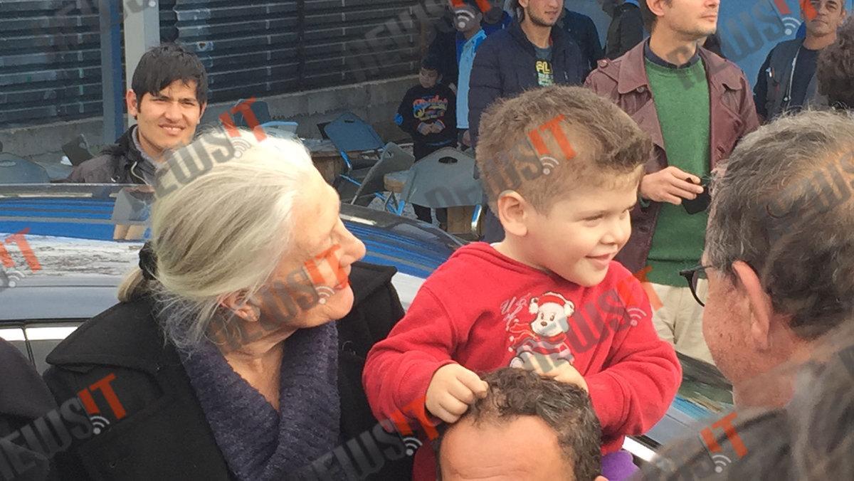 Η Βανέσα Ρεντγκρέιβ υποκλίθηκε στην Ελλάδα για τη βοήθεια στους πρόσφυγες (ΦΩΤΟ, VIDEO)