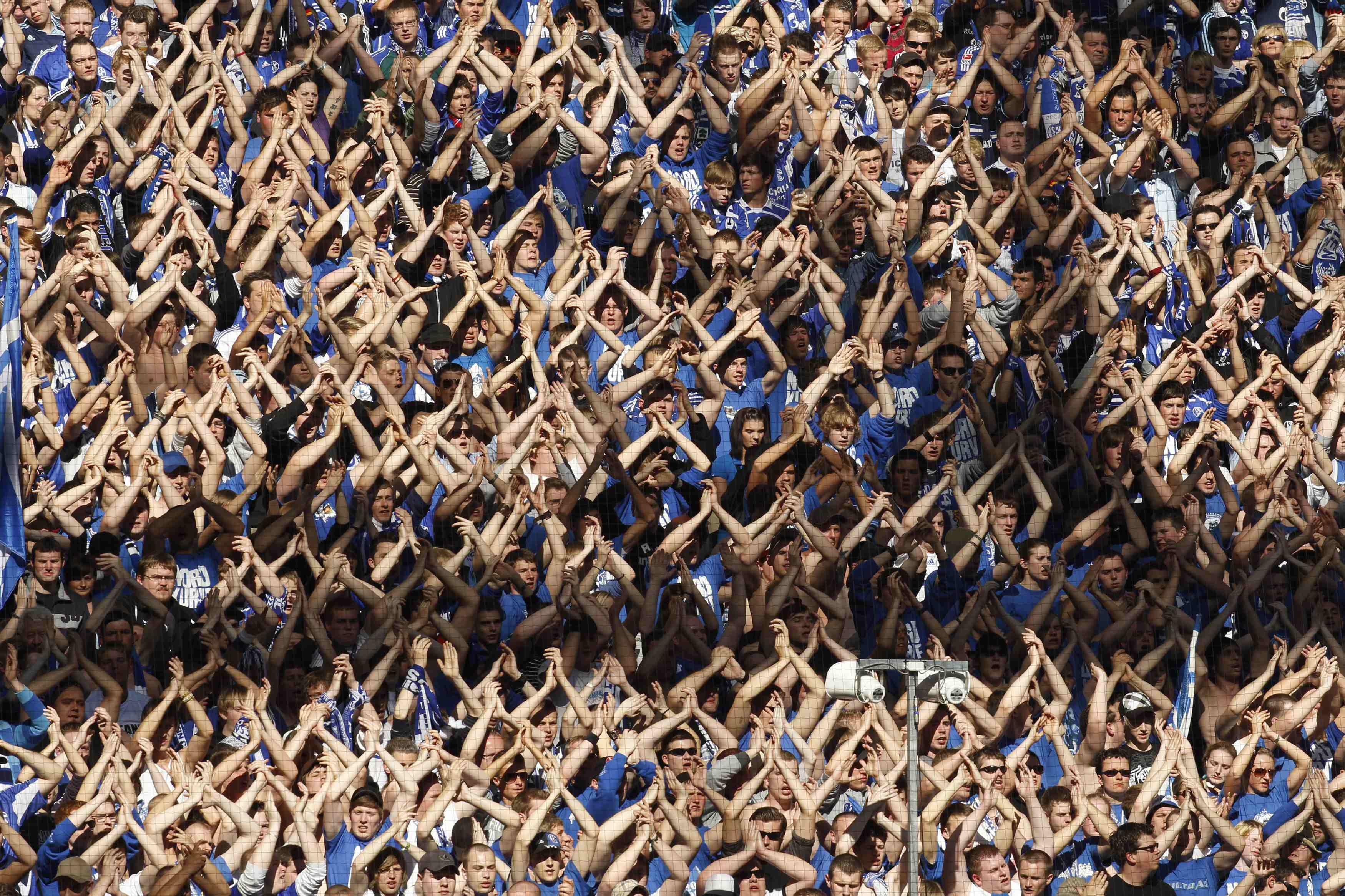 Οι οπαδοί της Σάλκε πανηγυρίζουν τη νίκη επί της Γκλάντμπαχ