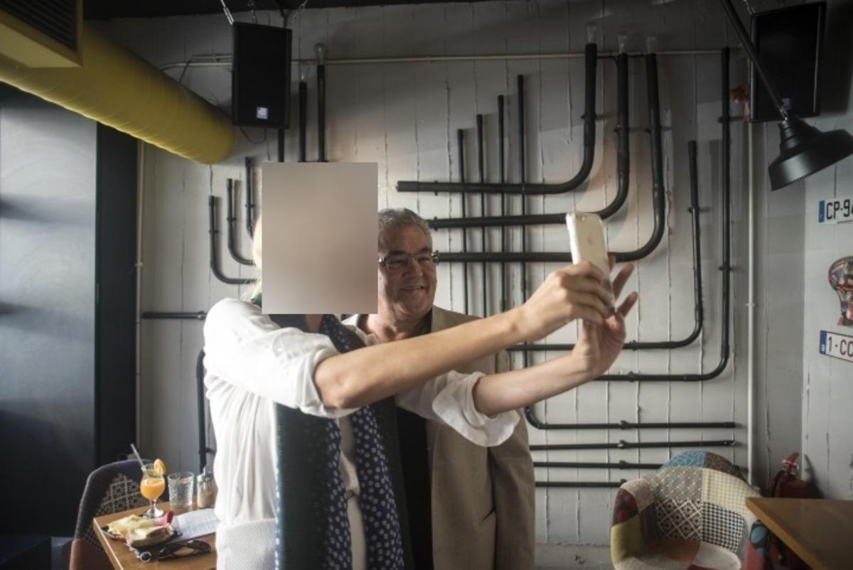 Δεν φαντάζεστε με ποια έβγαλε selfie ο Δημήτρης Κουτσούμπας!