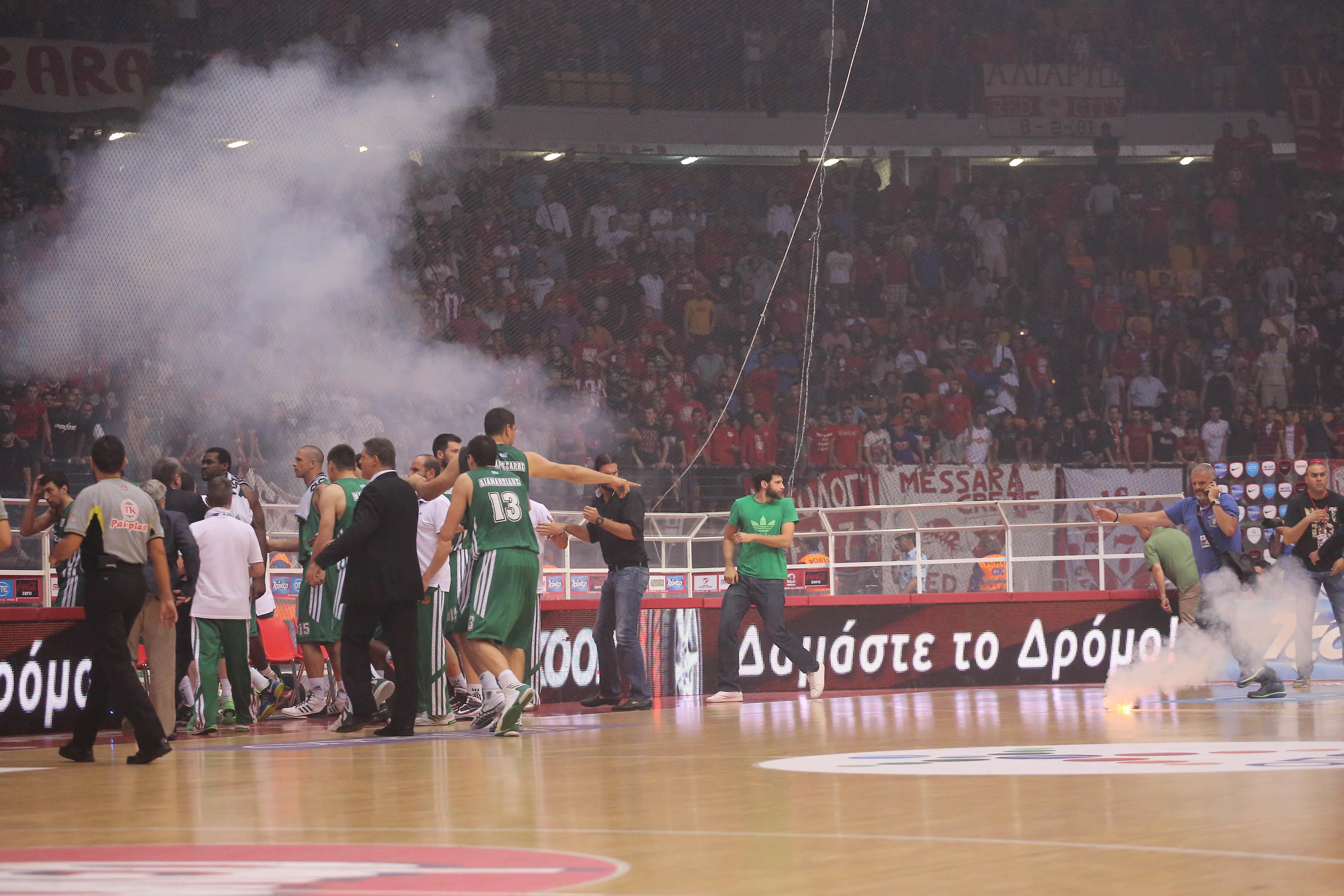 Γης μαδιάμ το ΣΕΦ: εικόνες ντροπής στον 3ο τελικό της Α1 μπάσκετ (ΦΩΤΟ, VIDEO)