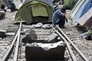 Ειδομένη: Πρόσφυγες έστησαν πάλι σκηνές πάνω στη σιδηροδρομική γραμμή – Να εκκενωθεί άμεσα ο καταυλισμός ζητάει ο Σ. Θεοδωράκης – ΦΩΤΟ