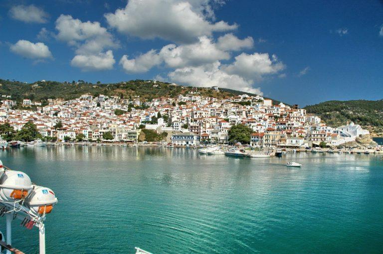 Σκόπελος: Η καλύτερη διαφήμιση για το ερχόμενο καλοκαίρι – «Μια πράσινη έκρηξη στα καταγάλανα νερά»