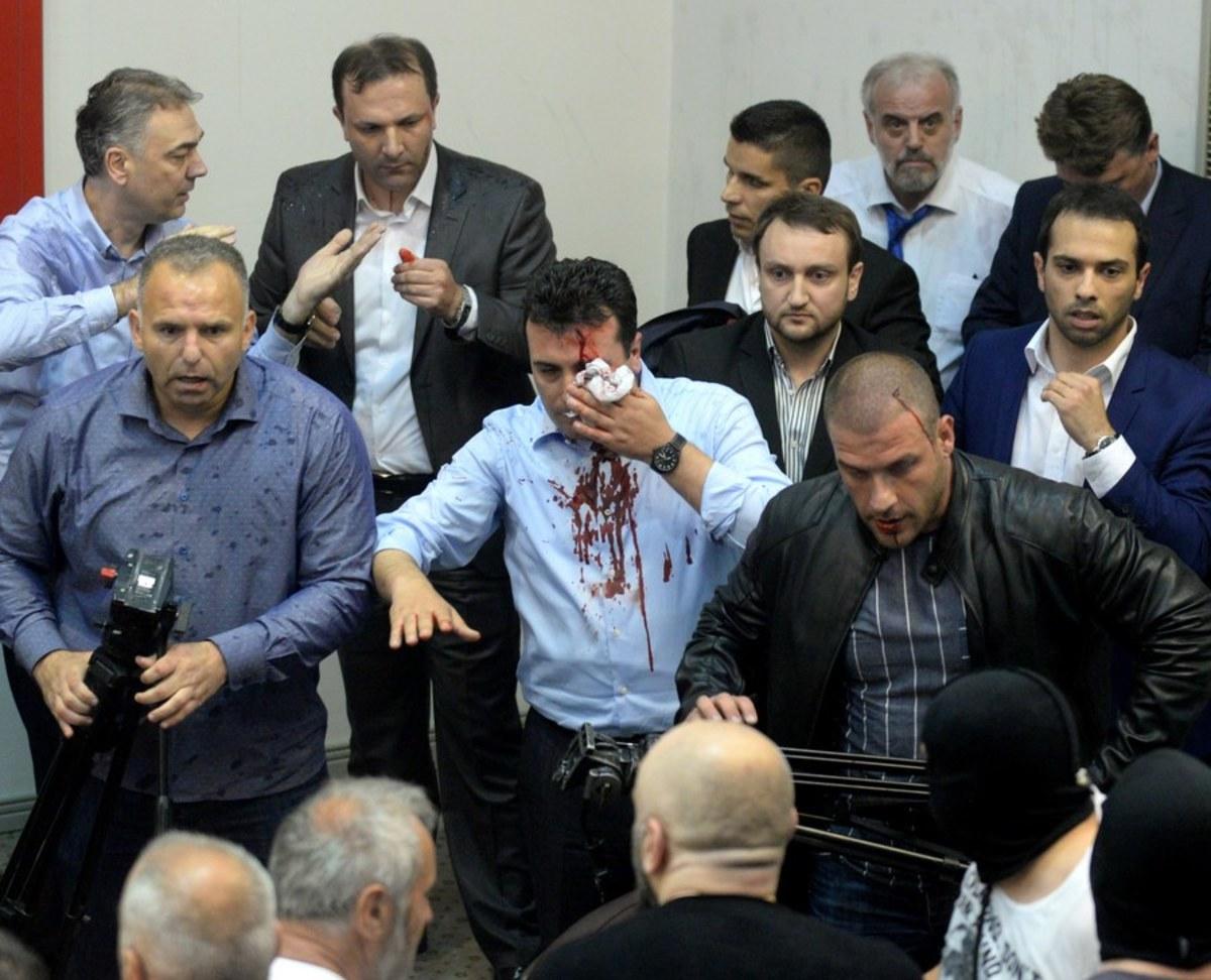 """Τα Βαλκάνια """"φλέγονται""""! Βία και αίμα στα Σκόπια – Εικόνες σοκ από την εισβολή εθνικιστών στη Βουλή [pics, vids]"""