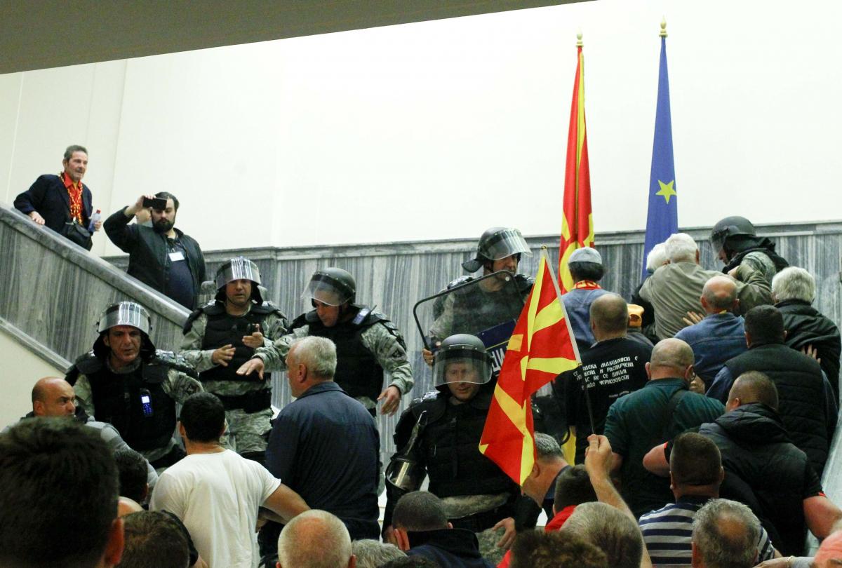 Χάος στα Σκόπια – Επεισόδια και τραυματίες στη Βουλή – Ανησυχία στην Αθήνα
