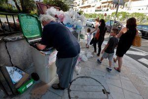 Αίσχος! Έκλεισαν σε κλουβί γυναίκες που έψαχναν φαγητό στα σκουπίδια