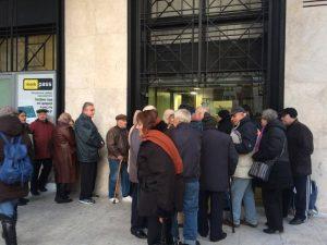 Θεσσαλονίκη: Ατελείωτες ουρές συνταξιούχων στις τράπεζες – Ορθοστασία στο κρύο [pics]