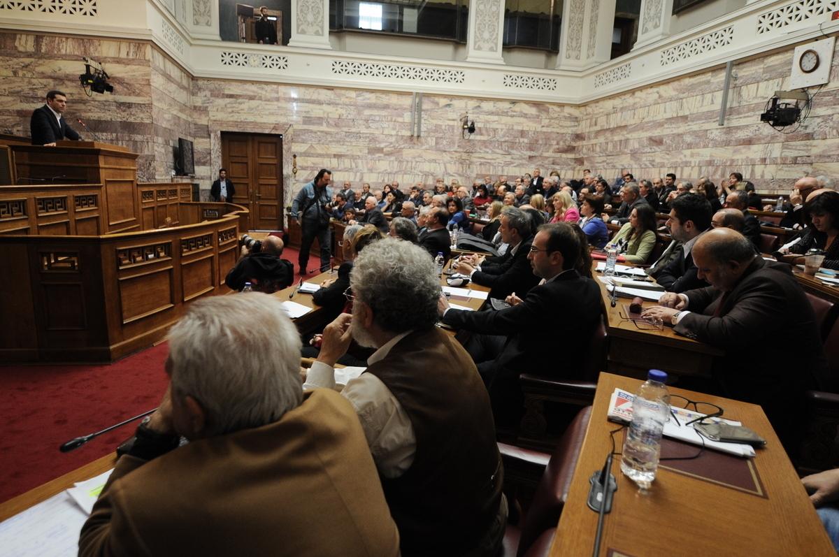 Σε νευρική κρίση βουλευτές της κυβέρνησης – Προειδοποιούν πως δεν ψηφίζουν τα προληπτικά μέτρα